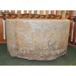 Ould fountain in granite semicircle, no. 1455